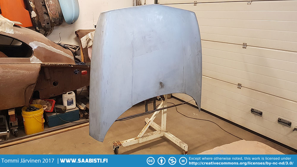 Bonnet in the paint stand